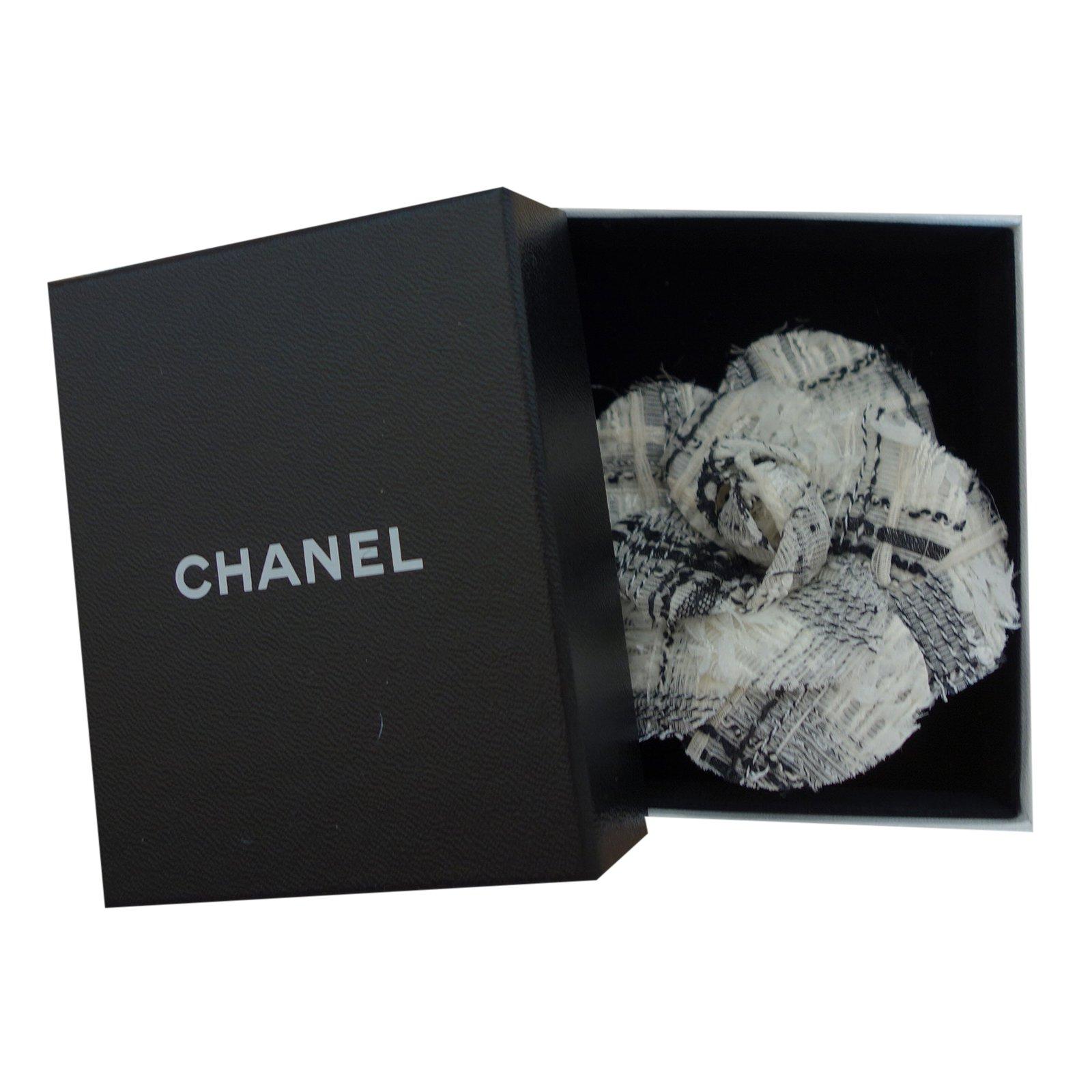 aa2649692f83 Broches Chanel Broche camélia tweed Tweed Écru ref.22566 - Joli Closet