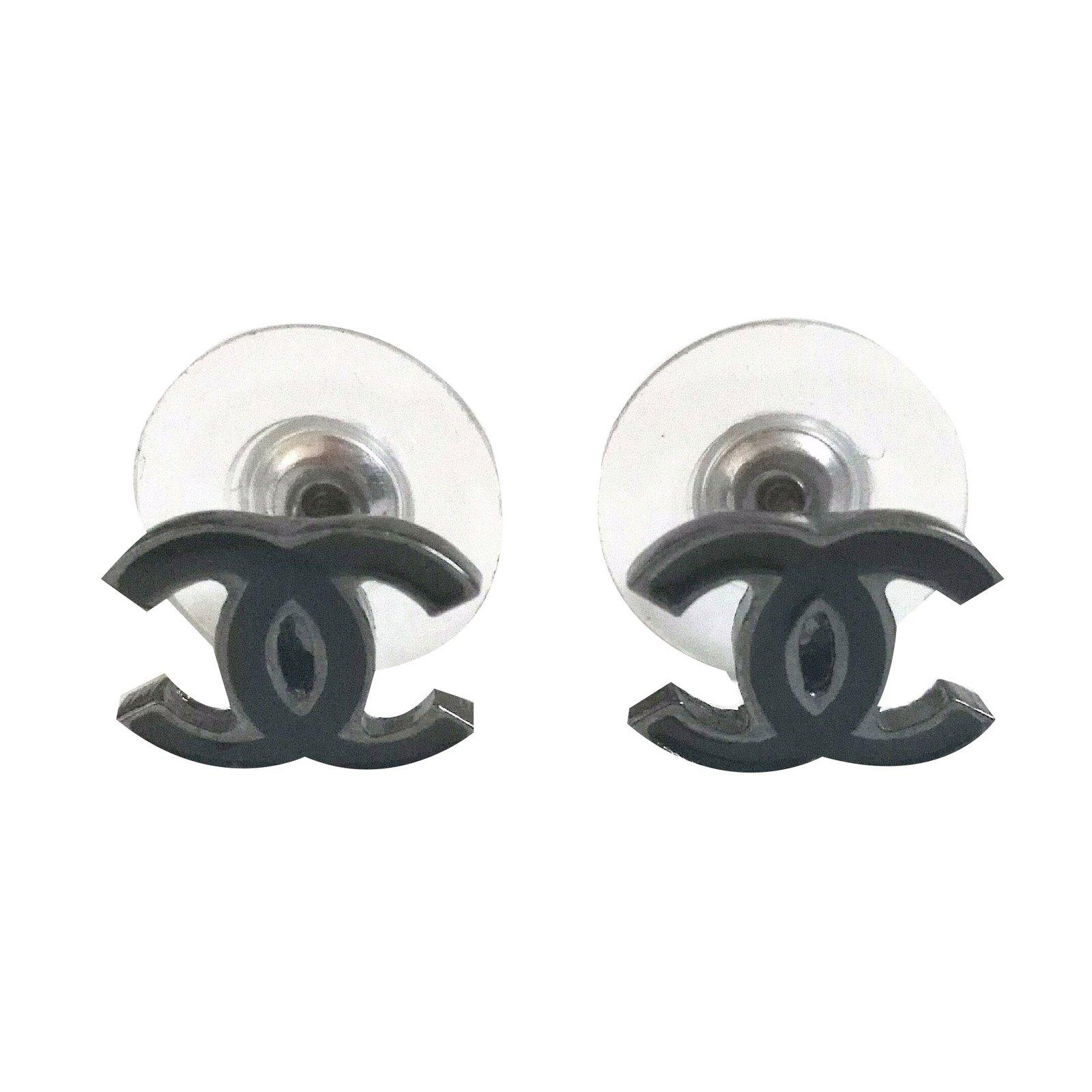 boucles d 39 oreilles chanel puces d 39 oreilles chanel m tal. Black Bedroom Furniture Sets. Home Design Ideas