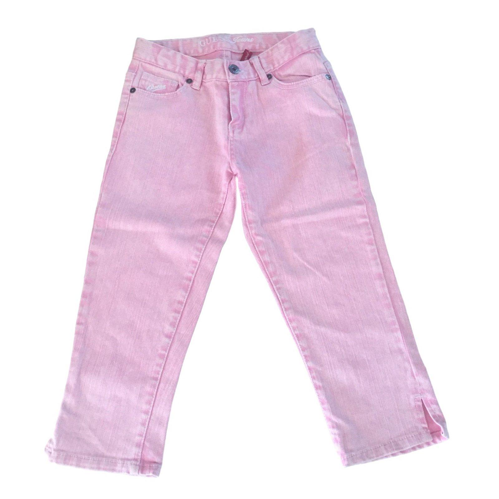 Fille en pantalon rose