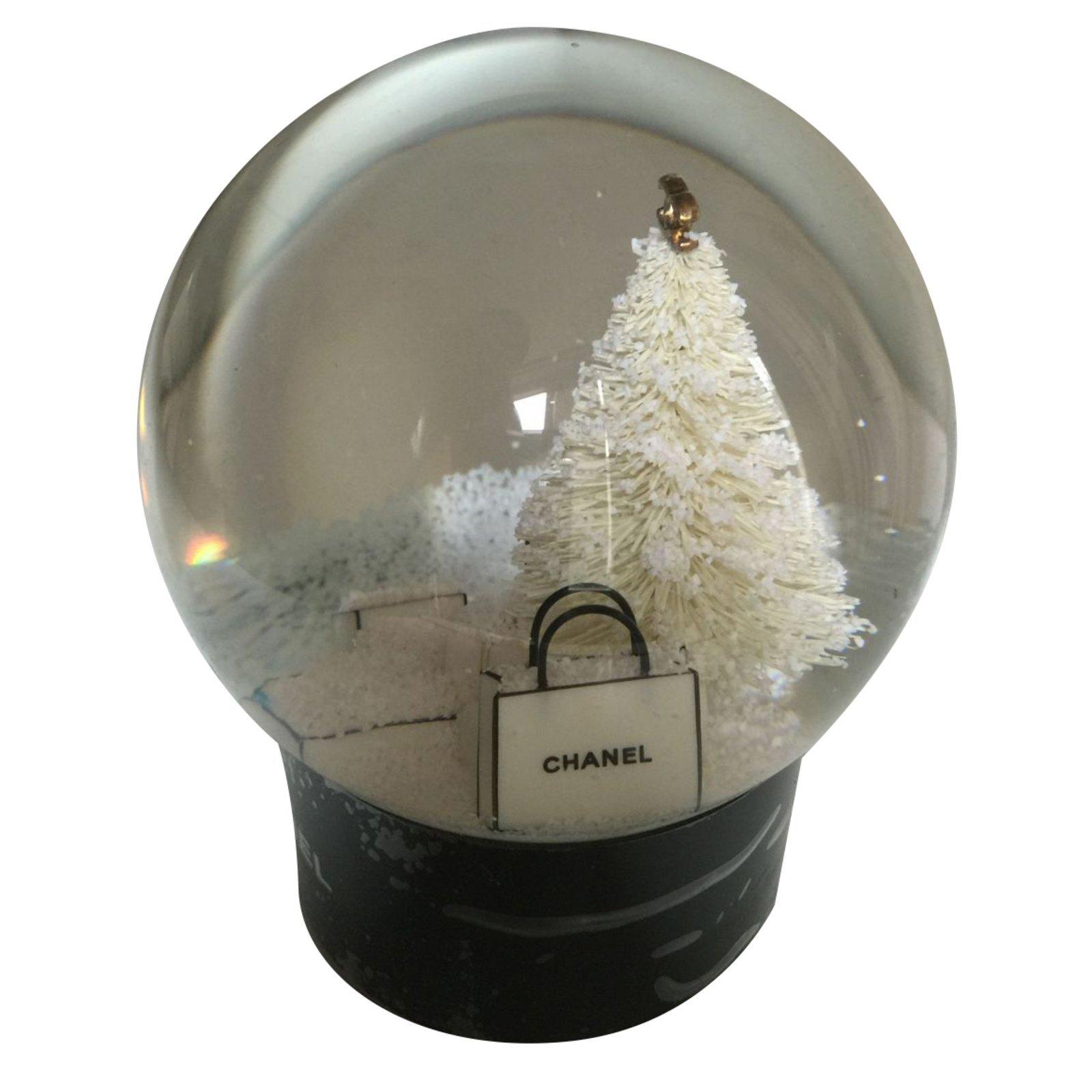 cadeaux vip chanel boule neige verre autre. Black Bedroom Furniture Sets. Home Design Ideas