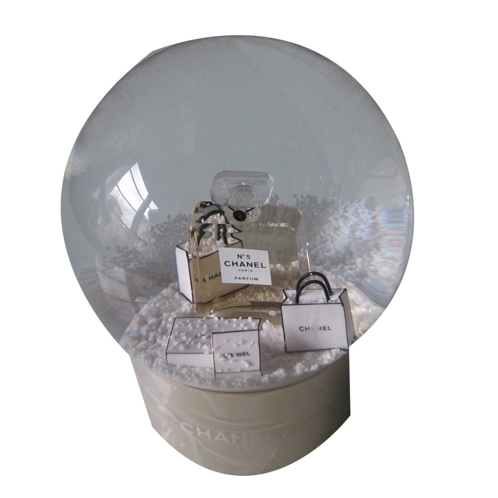 cadeaux vip chanel boule neige autre dor. Black Bedroom Furniture Sets. Home Design Ideas
