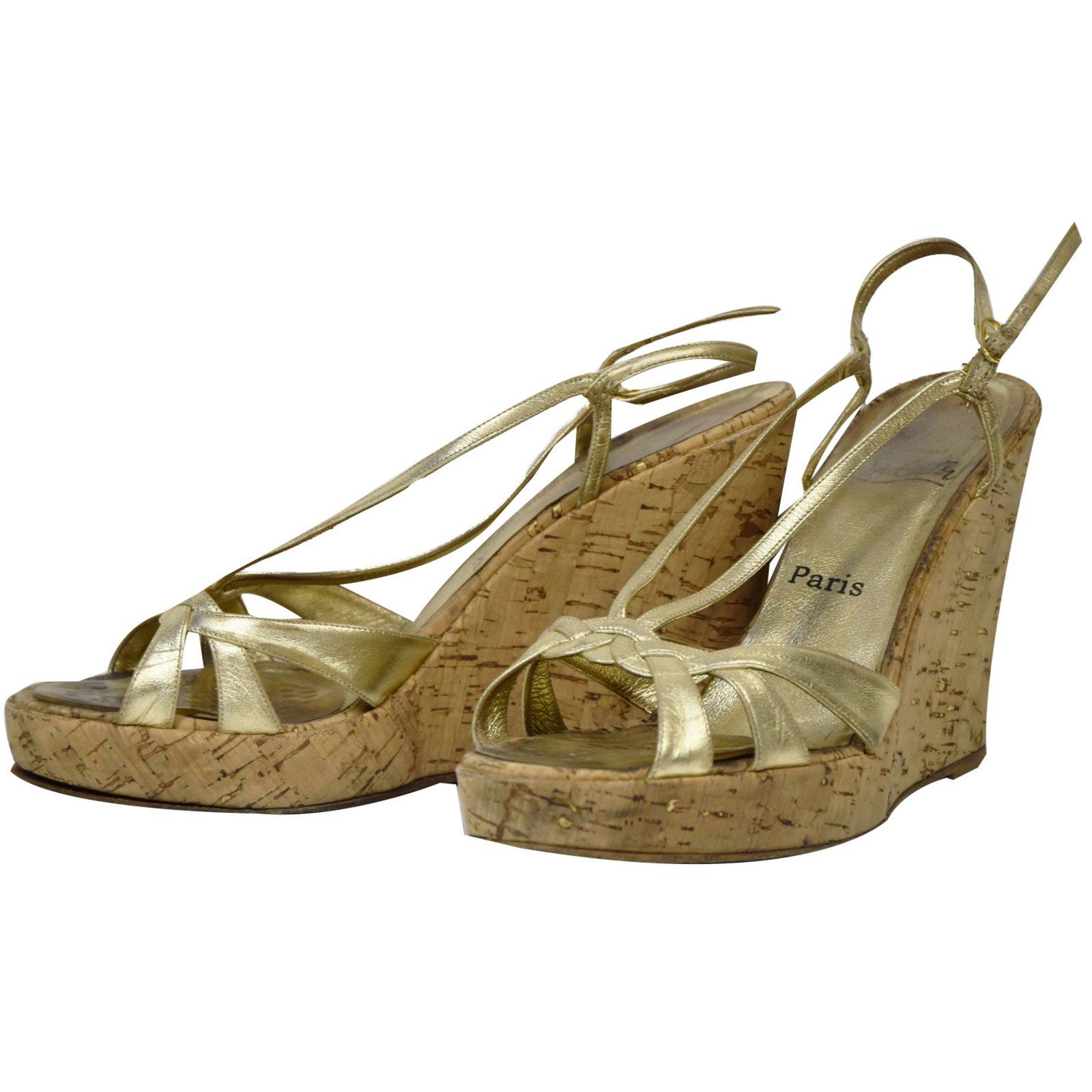 sandales christian louboutin sandales compensees dorees cuir dor joli closet. Black Bedroom Furniture Sets. Home Design Ideas