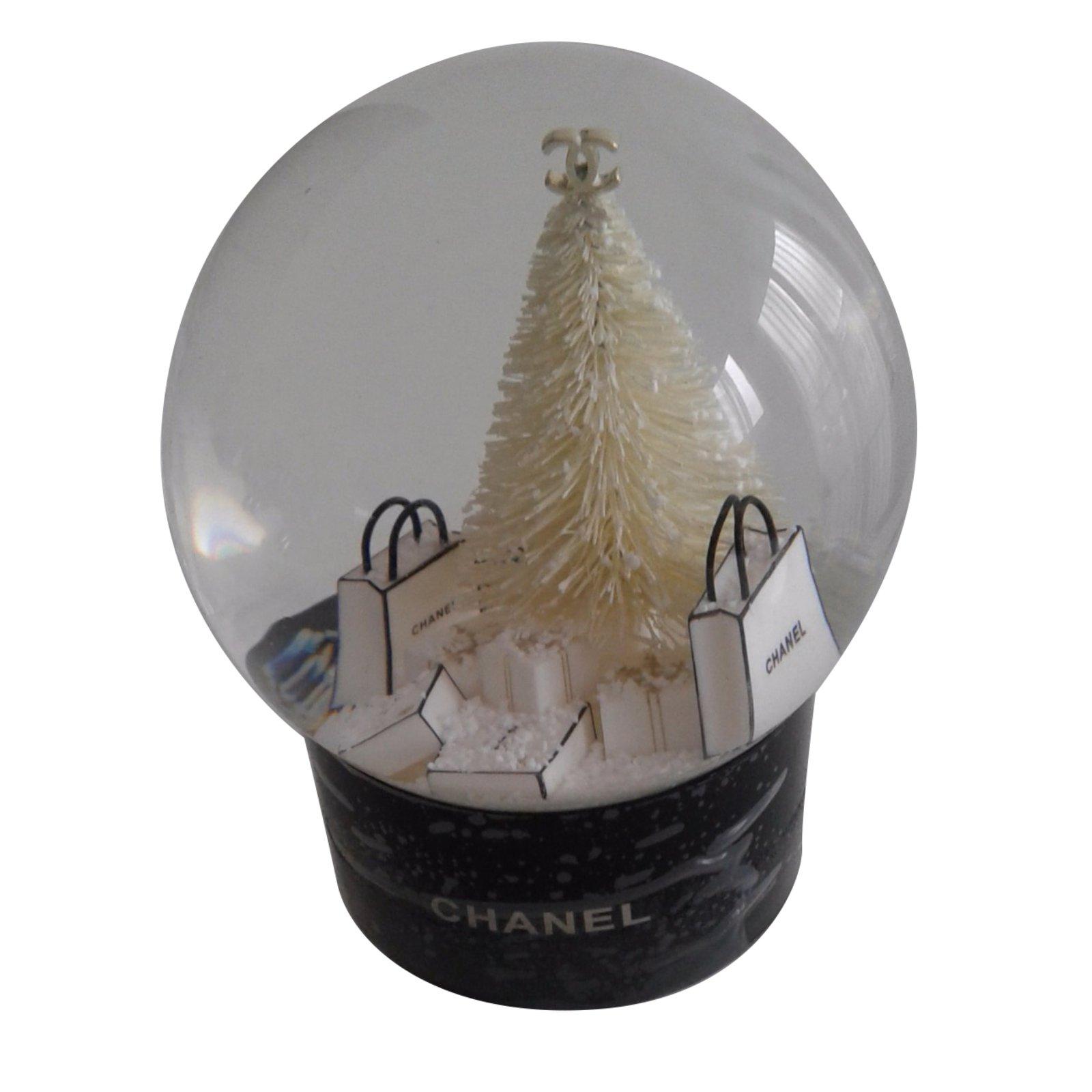 cadeaux vip chanel boule neige autre noir joli closet. Black Bedroom Furniture Sets. Home Design Ideas