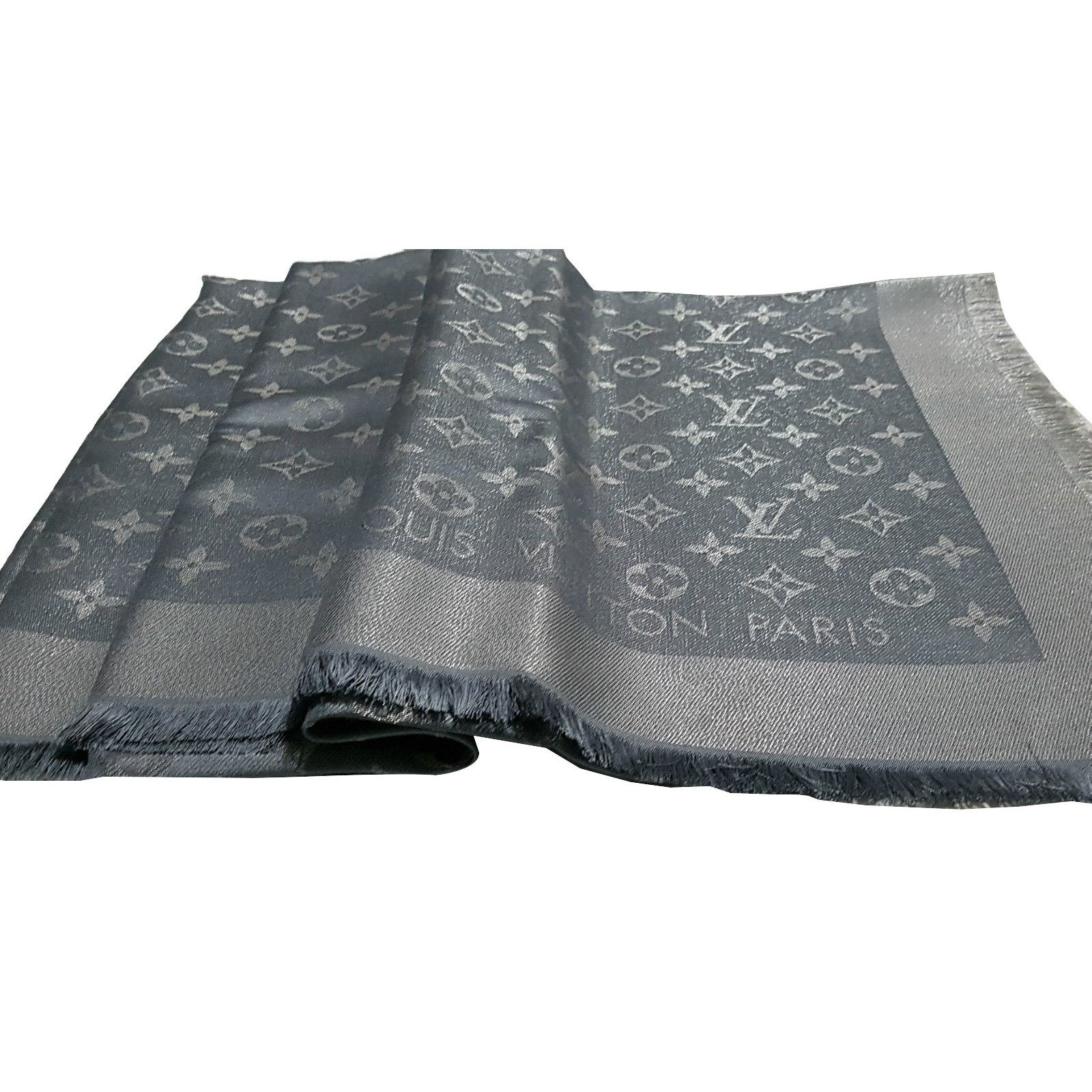 Foulards Louis Vuitton Foulard monogramme Soie Gris ref.66076 - Joli ... 1adaecea325