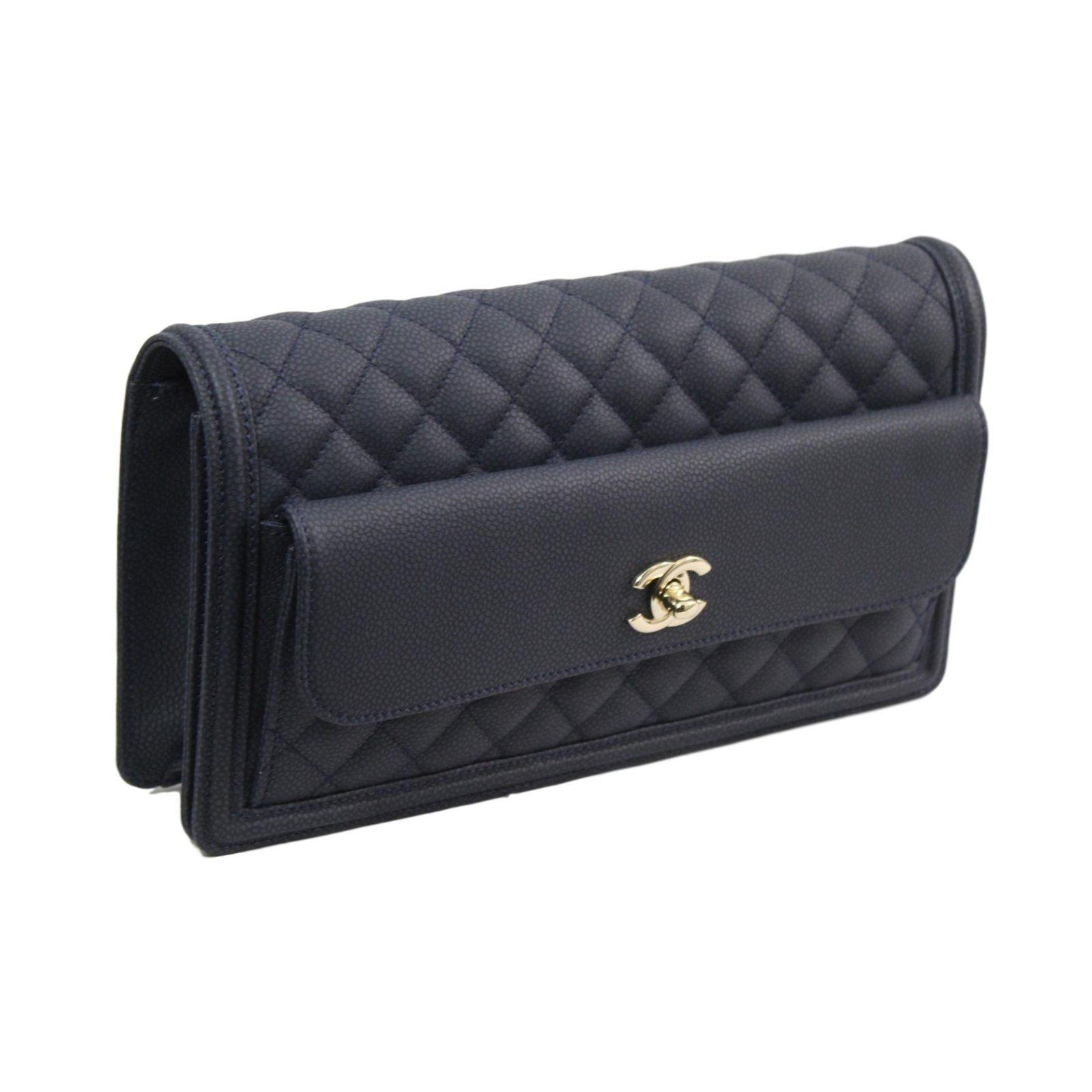 20b7e0a0c5ae8 Chanel Clutch bags Clutch bags Leather Blue ref.75356 - Joli Closet