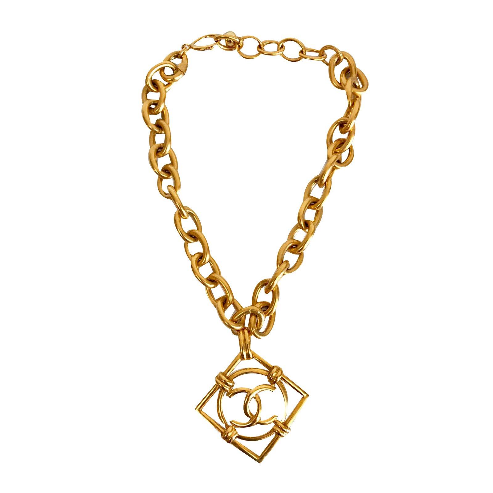 6698769a753dd Colliers Chanel Collier avec pendentif Métal Doré ref.75596 - Joli ...