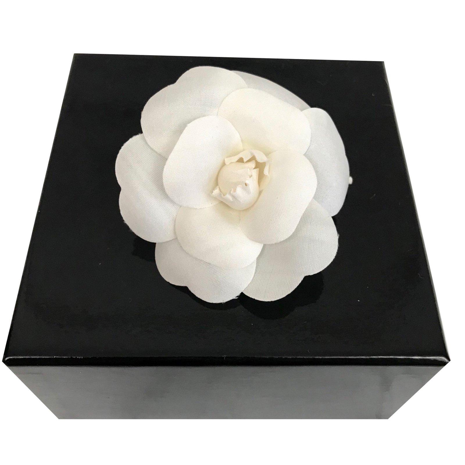Broches Chanel Broche camélia Soie Blanc ref.75601 - Joli Closet c78040005f4